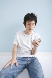 音楽を聴く男性の写真素材 [FYI03926360]