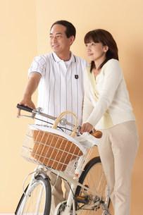 自転車とカップルの写真素材 [FYI03926438]