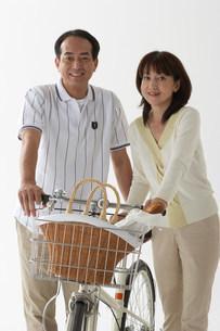 自転車とカップルの写真素材 [FYI03926439]