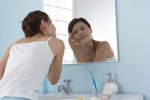 洗面台の女性の写真素材 [FYI03926446]