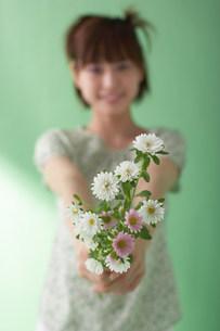 花と女性の写真素材 [FYI03926529]