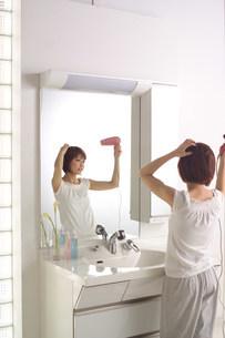 洗面台の女性の写真素材 [FYI03926549]