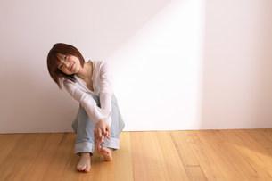 座る女性の写真素材 [FYI03926565]