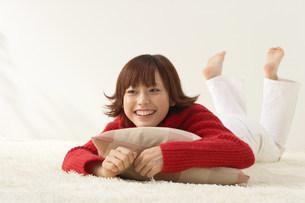 寝そべる女性の写真素材 [FYI03926657]
