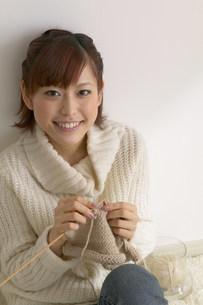 編み物をする女性の写真素材 [FYI03926672]