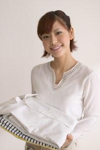 洋服を持つ女性の写真素材 [FYI03926673]