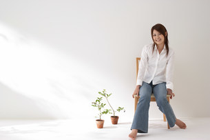 椅子に座る女性の写真素材 [FYI03926677]