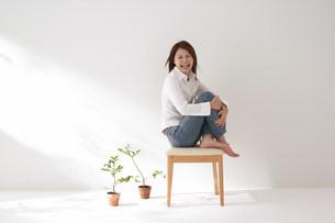 椅子に座る女性の写真素材 [FYI03926679]