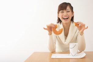 ドーナツを食べる女性の写真素材 [FYI03926773]