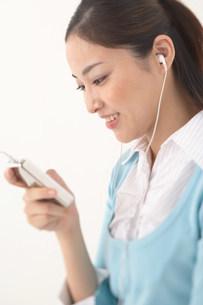 音楽を聴く女性の写真素材 [FYI03926802]