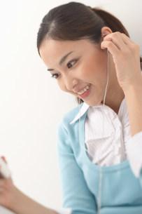 音楽を聴く女性の写真素材 [FYI03926804]