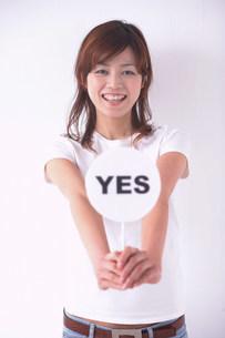 YESのプラカードを持つ女性の写真素材 [FYI03926902]