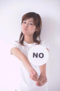 NOのプラカードを持つ女性の写真素材 [FYI03926904]