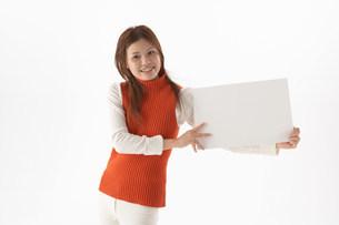 パネルを持つ女性の写真素材 [FYI03926913]
