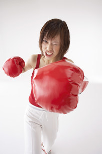 ボクササイズをする女性の写真素材 [FYI03926929]