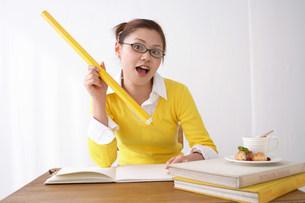 勉強中の女性の写真素材 [FYI03926930]