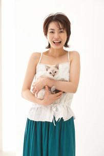 猫と女性の写真素材 [FYI03926966]