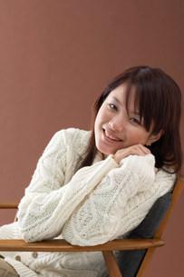椅子に座る女性の写真素材 [FYI03927004]