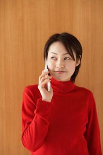 電話中の女性の写真素材 [FYI03927078]