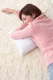 寝そべる女性の写真素材 [FYI03927129]