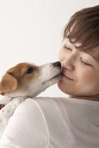 犬と女性の写真素材 [FYI03927142]