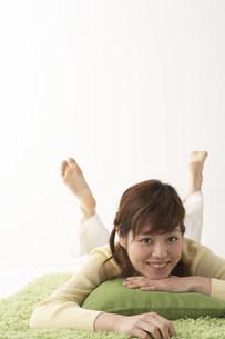 寝そべる女性の写真素材 [FYI03927150]
