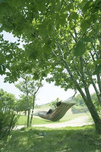 木陰のハンモッグで休む人の写真素材 [FYI03927313]