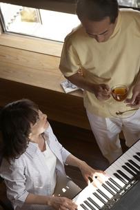 夫婦とピアノの写真素材 [FYI03927573]