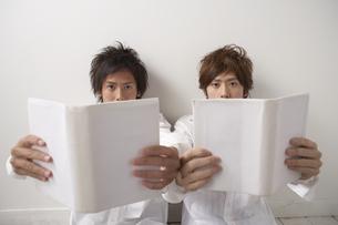 読書をする男性2人の写真素材 [FYI03927670]