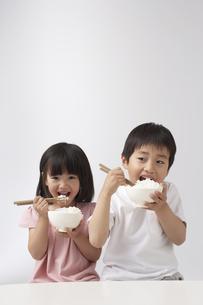 ご飯を食べる男の子と女の子の写真素材 [FYI03927705]