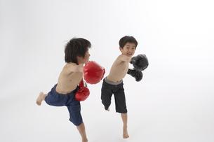 ボクシングをする男の子2人の写真素材 [FYI03927708]