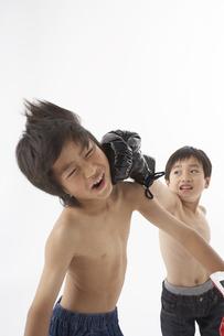 ボクシングをする男の子2人の写真素材 [FYI03927709]