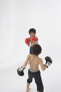 ボクシングをする男の子2人の写真素材 [FYI03927710]