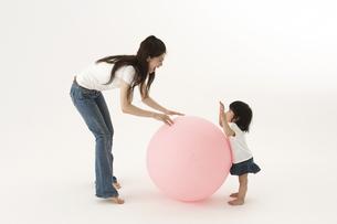 風船で遊ぶ子供と母親の写真素材 [FYI03927728]