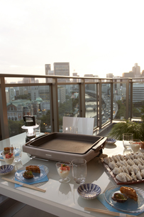 テラスで夕食の準備の写真素材 [FYI03927735]