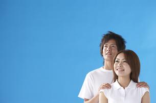 肩を抱くカップルの写真素材 [FYI03927778]