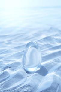 海底イメージ 砂とタマゴ形のガラス球の写真素材 [FYI03927842]