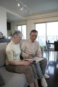 本を読む老夫婦の写真素材 [FYI03927880]