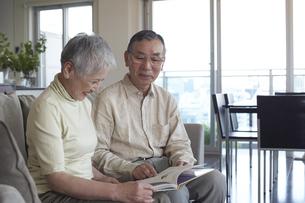 本を読む老夫婦の写真素材 [FYI03927881]