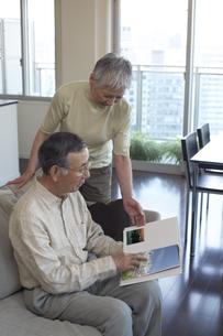 本を読む老夫婦の写真素材 [FYI03927882]