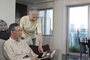 本を読む老夫婦の写真素材 [FYI03927884]