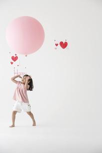風船で遊ぶ女の子の写真素材 [FYI03927887]