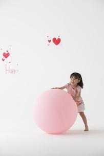 風船で遊ぶ女の子の写真素材 [FYI03927888]