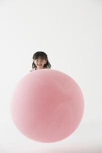 風船で遊ぶ女の子の写真素材 [FYI03927889]