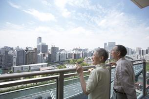 ベランダから外を眺める老夫婦の写真素材 [FYI03927890]