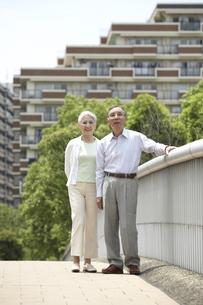 公園を散歩する老夫婦 桜の宮公園の写真素材 [FYI03927918]