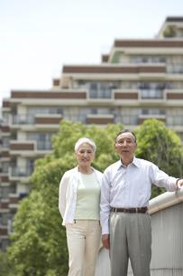 公園を散歩する老夫婦 桜の宮公園の写真素材 [FYI03927919]