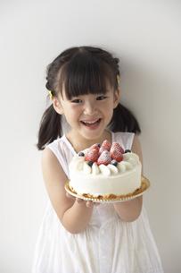 ケーキを持つ女の子の写真素材 [FYI03927932]