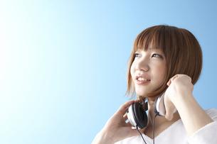 音楽を聴く女性の写真素材 [FYI03927953]