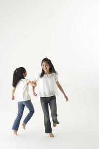 踊る姉妹の写真素材 [FYI03927994]
